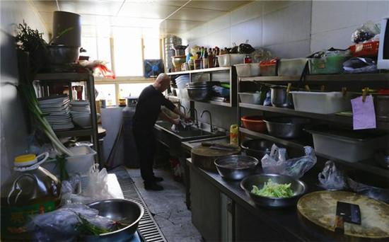 复业后,有的餐厅老板为什么不再请厨师?