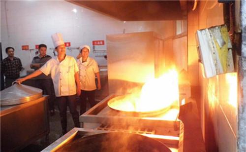 油锅起火!厨师欲灭反引发重大火灾,这种错误操作很多人都做过!