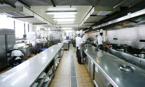 年轻人不愿意做厨师,真的只是因为工资低吗?